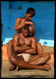 Tipikus kép indiai bikózzó edzés után, a sportolók megmasszírozzák egymást. Indiában a birkózók nemcsak a sérülések elkerülése végett olajozzák magukat, de mérkőzések előtt is, mert olajosan a fogás kivitelezés is nehezebb.
