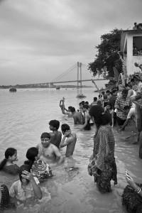 fürdőzés Kalkuttában, szóval fürödni lehetne akár a a Dunában is...