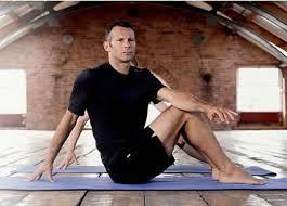 ryan giggs jóga közben, minden idők legeredményesebb wales-i labdarúgója...